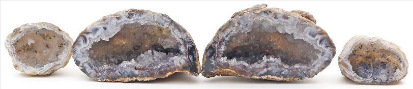 Ganze und 2 halbe Kristalldrusen.Innen mit Kristallrasen. D. ca. 5,5 bzw. 5x 9x 10 cm.