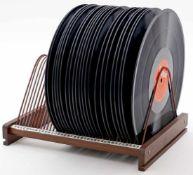 22 Schellackplatten im Ständer.Unterschiedliche Musikrichtungen und Interpreten.