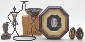 5 Raritäten:Bakelitschale, Skulptur eines Marabus (wohl abgeschnitten), Kerzenhalter, geätzte
