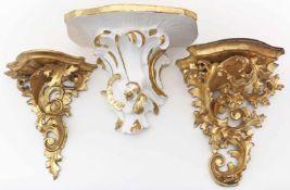 3 Konsolen im Rokokostil.Holz, goldgefasst, 1x weiß gefasst. Alters- und Gebrauchsspuren. 18./19.