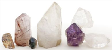 7 Kristallspitzen vonBergkristall und 1x Amethyst, teils mit Einschlüssen anderer Mineralien. L. 3,5