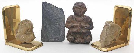 4 Raritäten:2 Buchstützen mit Fossilien, Schieferplatte und kleine Steinskulptur. Alters- und