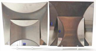 4 Schalen bzw. Teller, mono.Edelstahl. L. Alters- und Gebrauchsspuren. Entwurf wohl von Peter