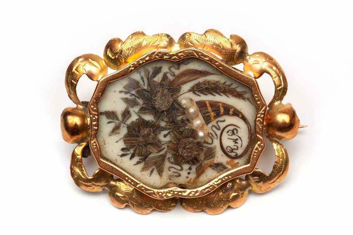 Lot 3 - 14krt. Gouden broche, 19e eeuw,in het midden een haarwerkje, hoorn des overvloeds. Montuur met
