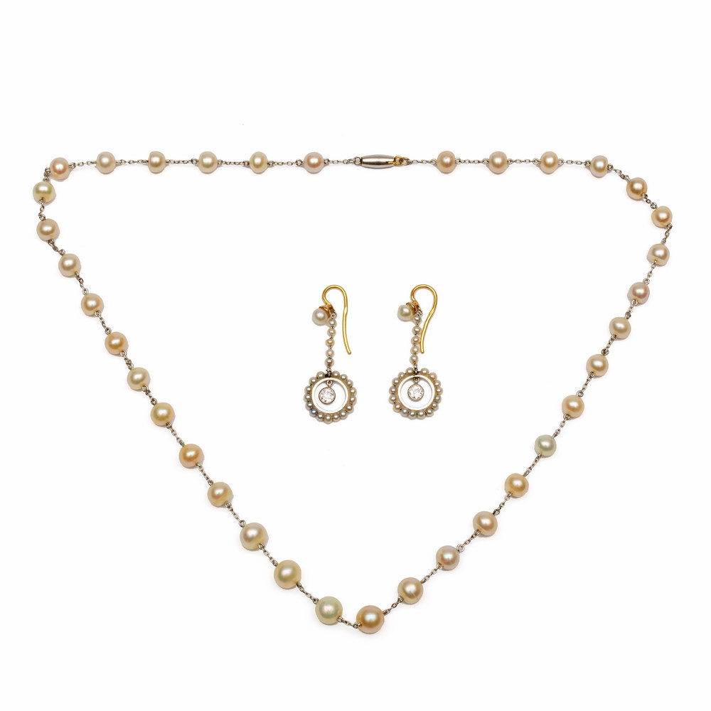 Lot 45 - Paar 18krt. gouden oorhangers en een collier.oorhangers ieder bestaande uit een streng zaadparels,