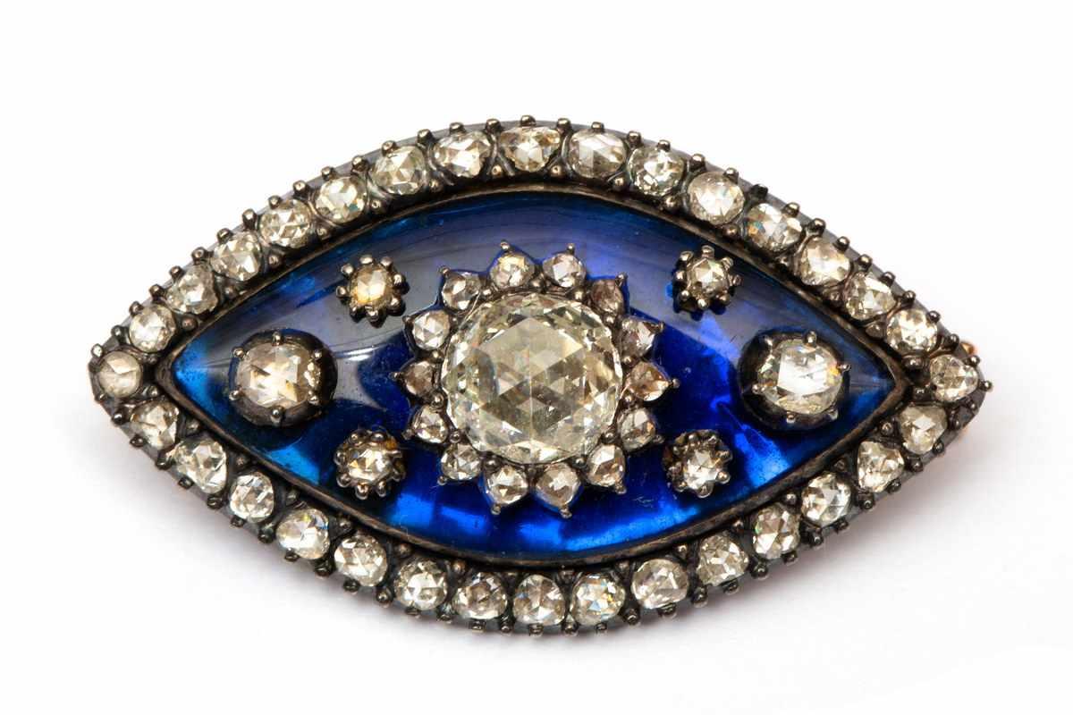 Lot 8 - Roségouden en zilveren navette broche, 19e eeuw,gezet met blauw glas, in het midden een