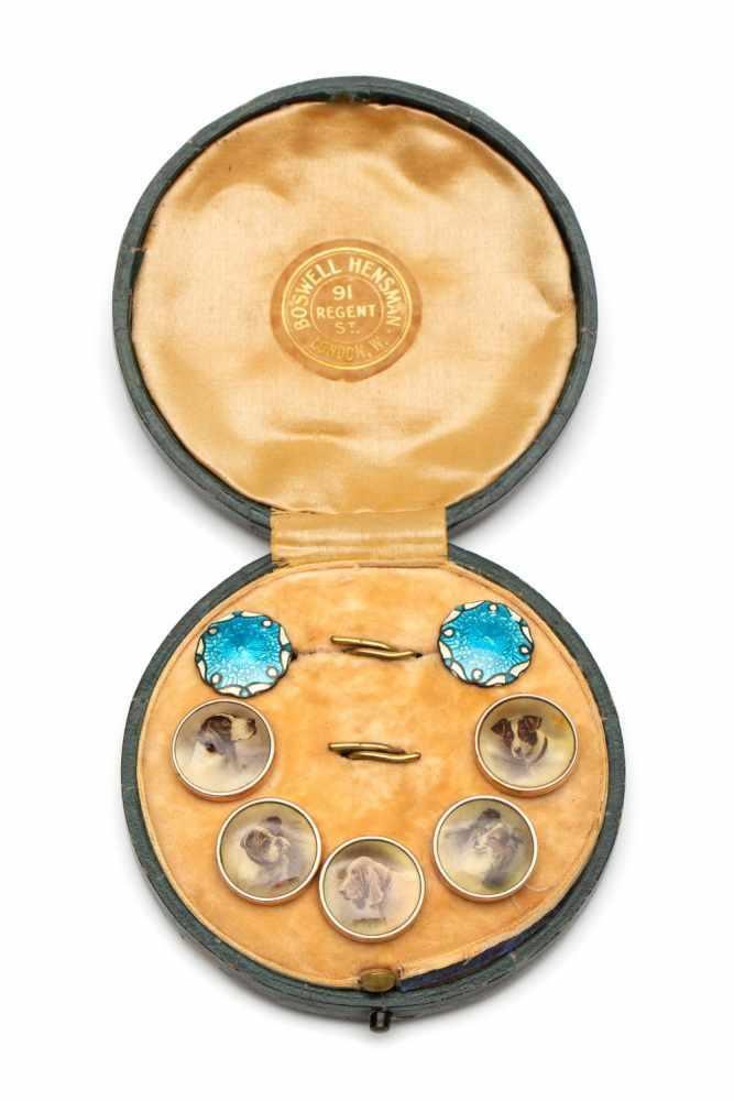 Lot 27 - Vijf vergulde knoopjesieder met een afbeelding van een differente hondenkop. Hierbij twee zilveren