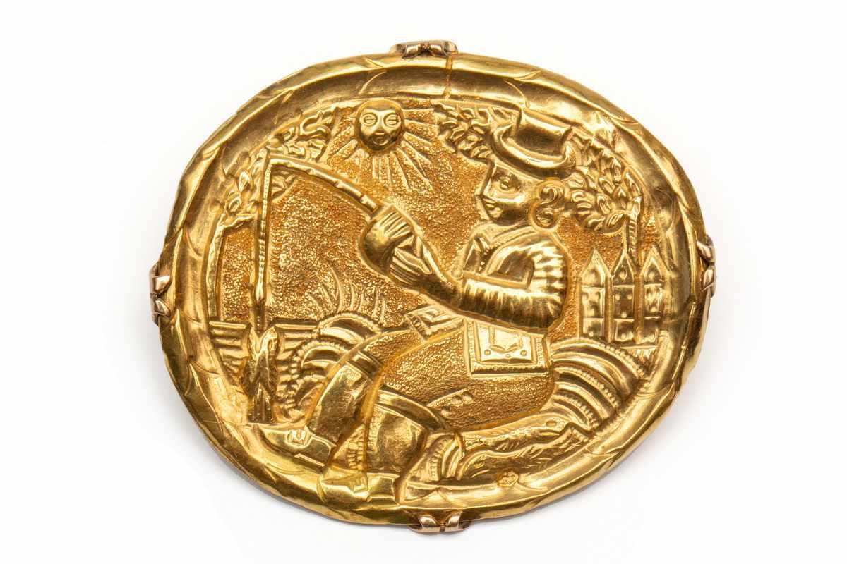 Lot 2 - 14krt. Gouden broche, 19e eeuw,gezet met een 18krt. gouden plaquette met geciseleerde voorstelling