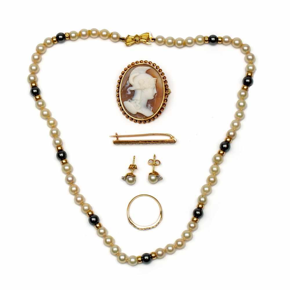 Lot 55 - 14krt. Roségouden staafbroche, schelpcamee broche en een rijringStaafbroche gezet met een rij