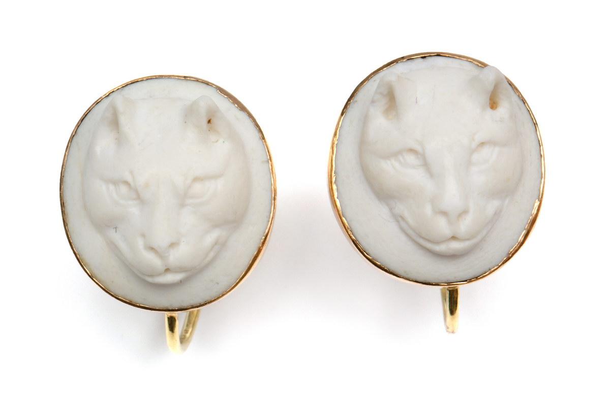 Lot 41 - Paar wit stenen camee oorschroevenin gouden montuur. Beide uitgesneden met een kattekop, in