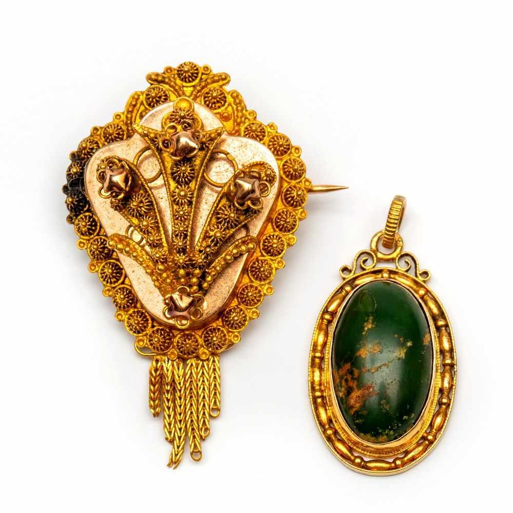 Lot 15 - 14krt. Gouden broche en een hangerBroche is versierd met cannetille, onderaan een baardje. Hierbij