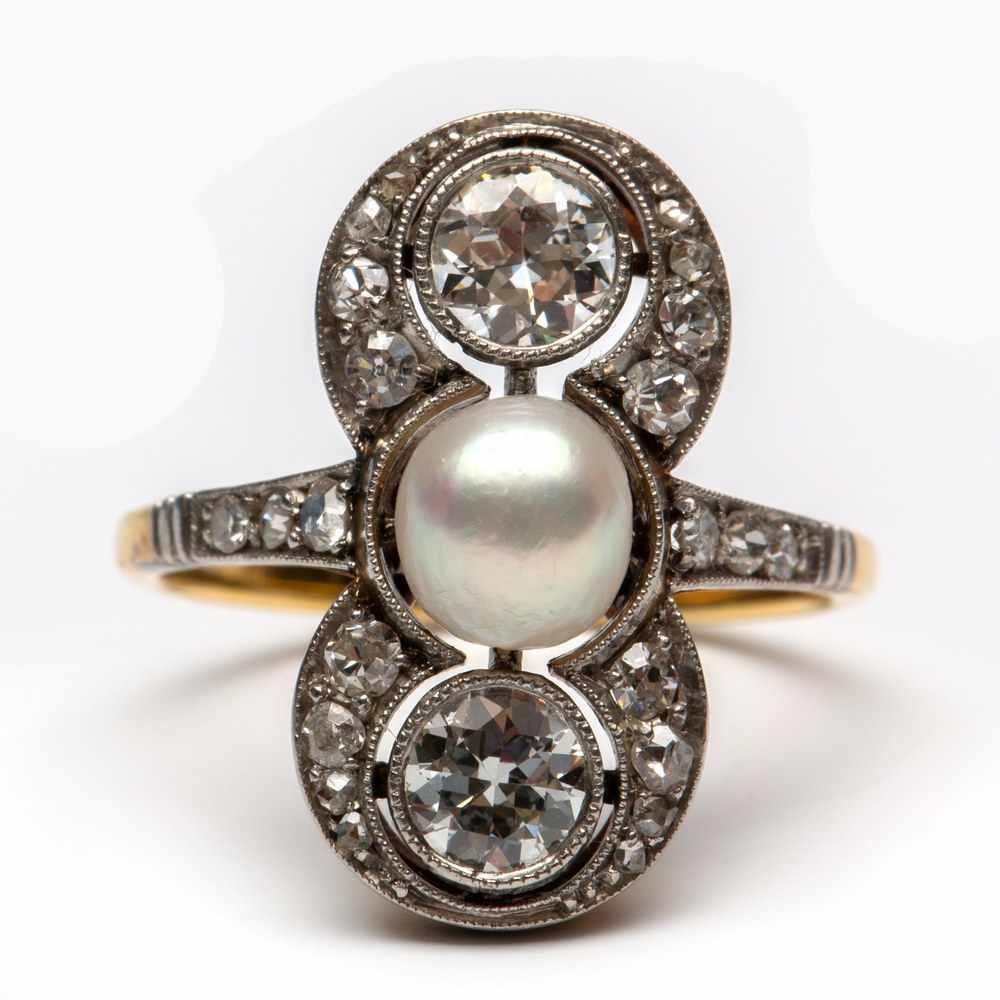 Lot 47 - 18krt. Gouden prinsessenring, ca. 1900,gezet met twee briljant geslepen diamanten en een