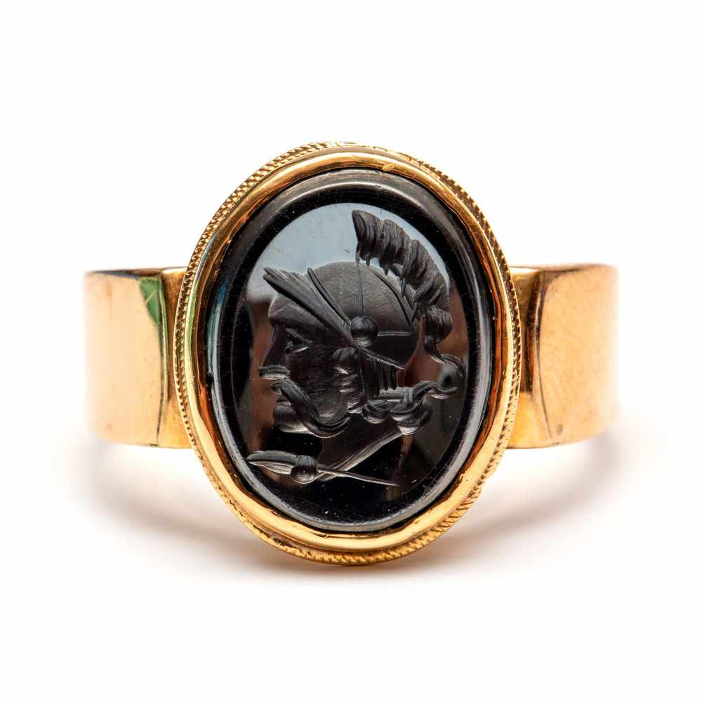 Lot 37 - 14krt. Roségouden ring, 19e eeuw,gezet met een intaglio van hematiet, uitgesneden met Hermes;