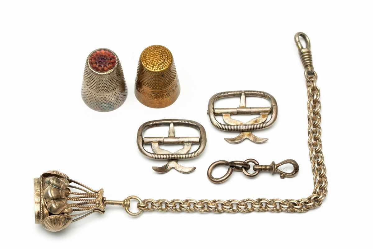 Lot 17 - 14krt. Gouden chatelaine, begin 20e eeuw,bestaande uit schakels in de vorm van een gezichtje,
