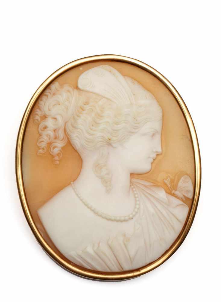 Lot 42 - Schelpcamee brochein roségouden montuur. Camee met afbeelding van een dame met een vlinder op haar