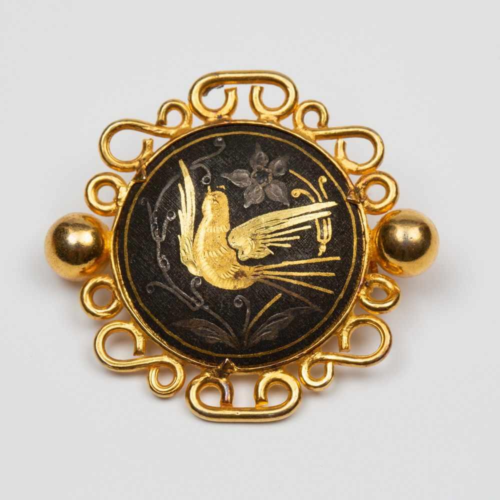 Lot 13 - Twee 14krt. gouden broches, 19e eeuw,één ovaal, met in het midden een onyx, waarin een S-vorm, gezet