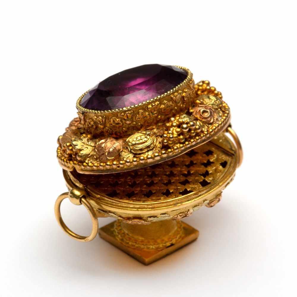 Lot 9 - Gouden vinaigrette, in de vorm van een bloemenschaal op voetin het midden een ovale gefacetteerde