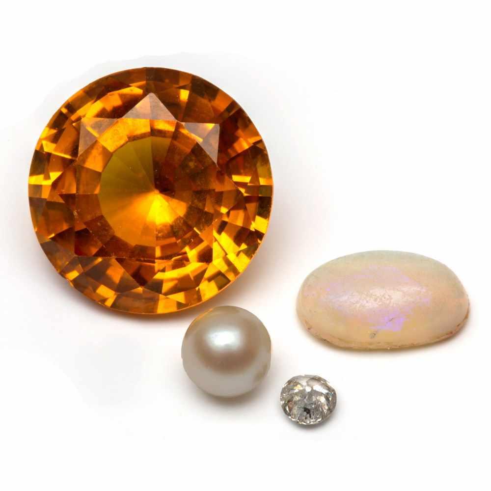 Lot 61 - Roségouden rijringgezet met drie oud slijpsel geslepen diamanten, totaal ca. 0.65crt. (chips).
