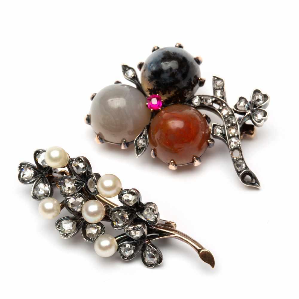 Lot 36 - Twee zilveren en gouden broches,één gezet met roosdiamanten en parels. Andere in de vorm van een
