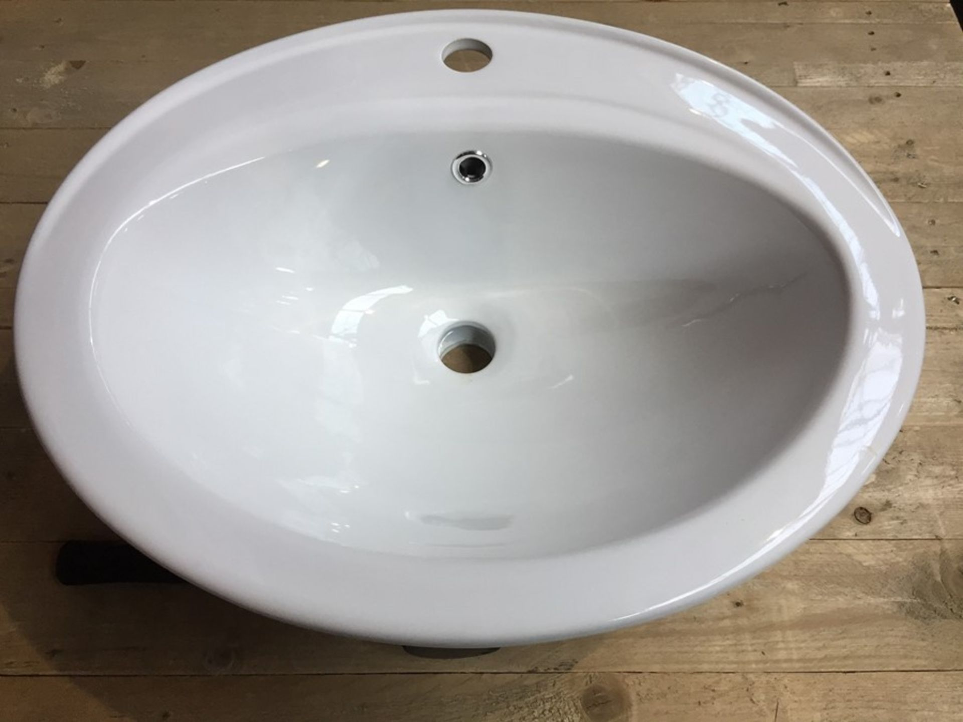Lot 50 - 1 AS NEW BOXED OVAL INSET CERAMIC BASIN ONE TAP HOLE RRP £129.00 - C825.1