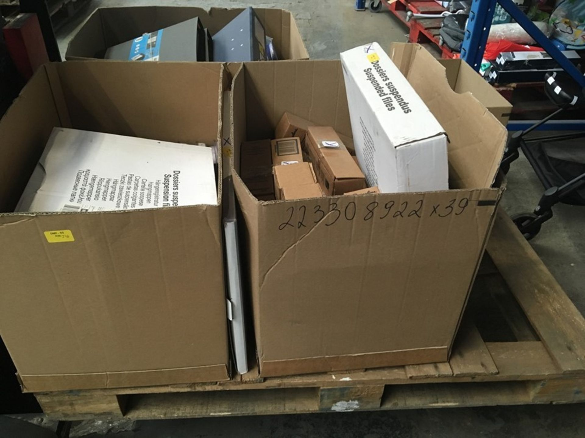 Lotto 36 - 1 LOT TO CONTAIN ASSORTED ITEMS / INCLUDES FILES, SOAP DISPENSERS, MONITOR CABLES & SHREDDER OIL /
