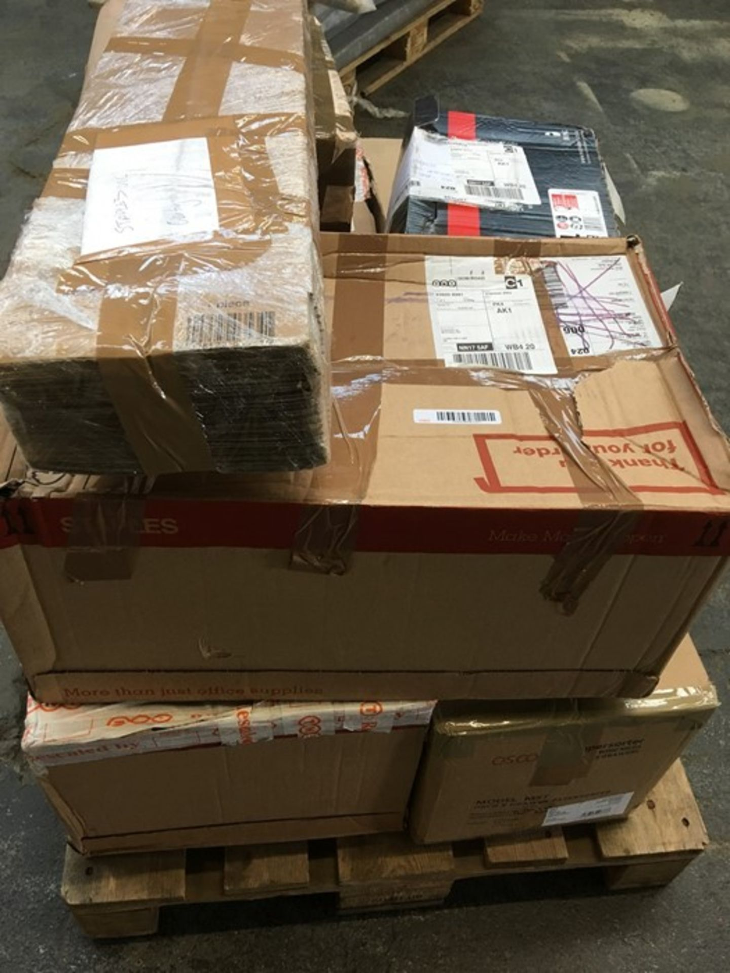 Lotto 89 - 1 LOT TO CONTAIN ASSORTED OFFICE EQUIPMENT / INCLUDING DESKTOP DRAWERS, SHOES AND CARDBOARD