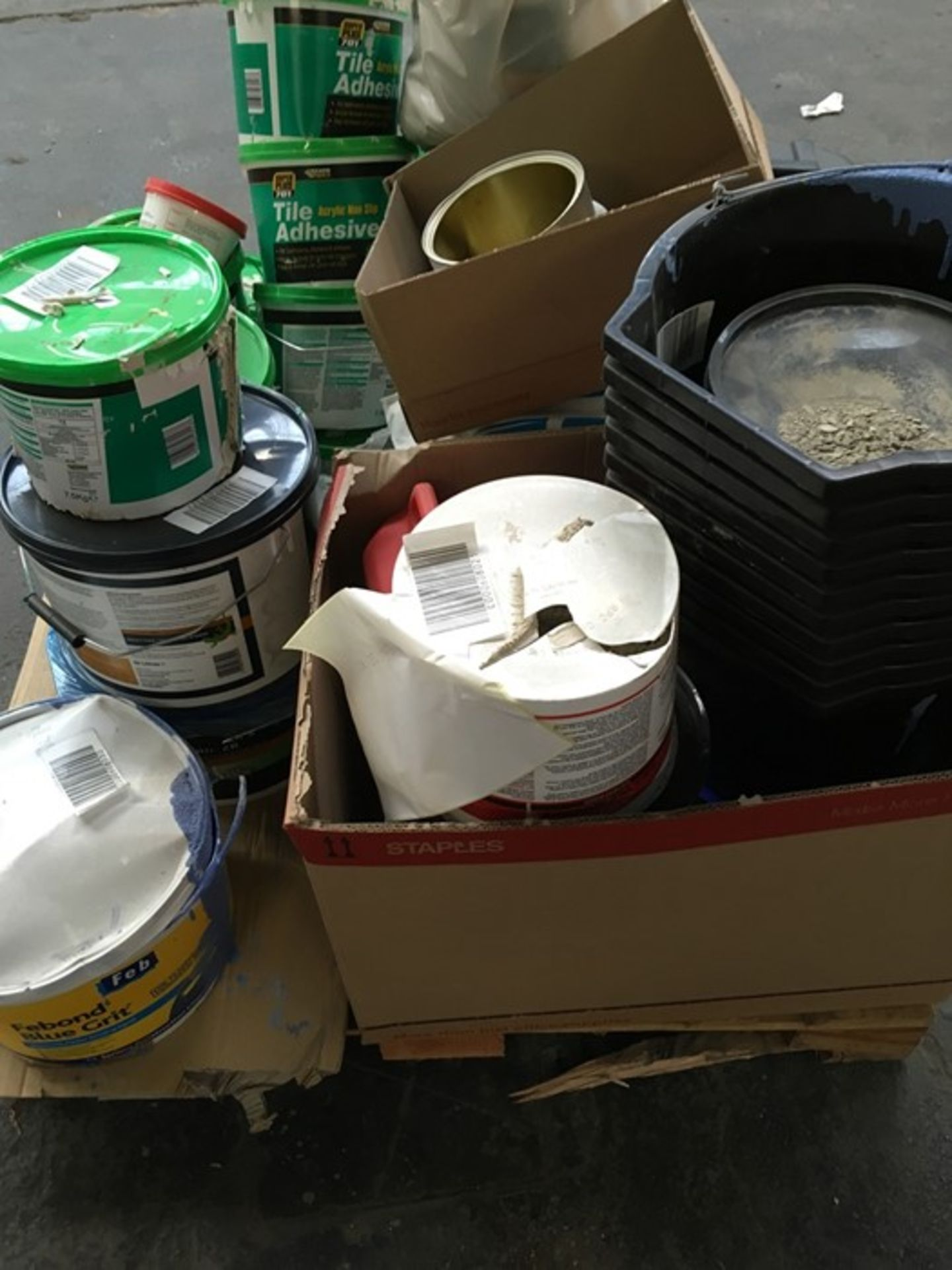 Lotto 23 - 1 LOT TO CONTAIN ASSORTED DIY AND BUILDING PRODUCTS / INCLUDING TILE ADHESIVE, MORTAR PLASTICISER