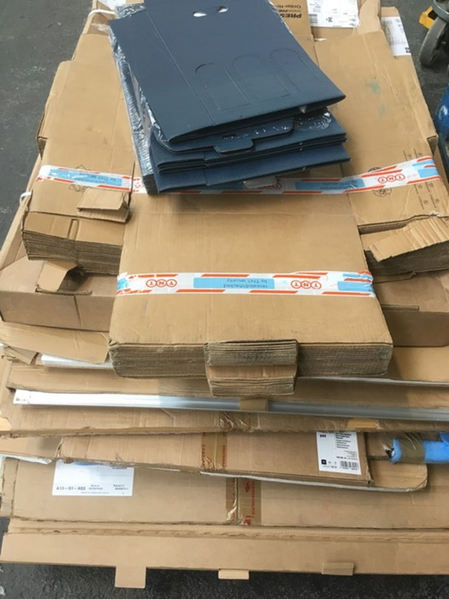 Lotto 98 - 1 LOT TO CONTAIN ASSORTED NOTICE BOARDS, WHITE BOARDS, FLIP EASLES AND CARDBOARD BOXES / SIZE,
