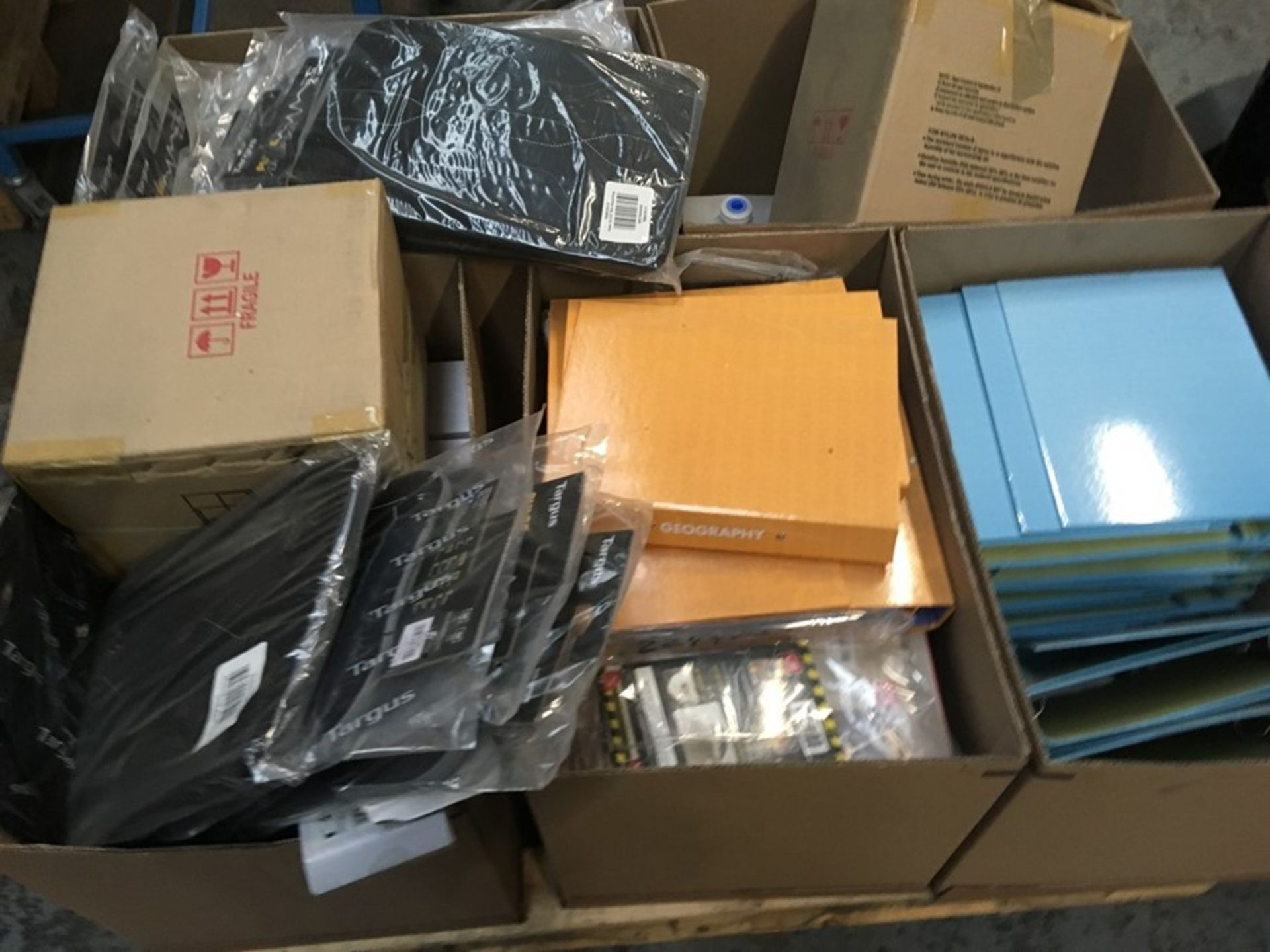 Lotto 85 - 1 LOT TO CONTAIN ASSORTED STATIONARY EQUIPMENT / INCLUDES ASSORTED FOLDERS, SECURITY TAGS, HERMA