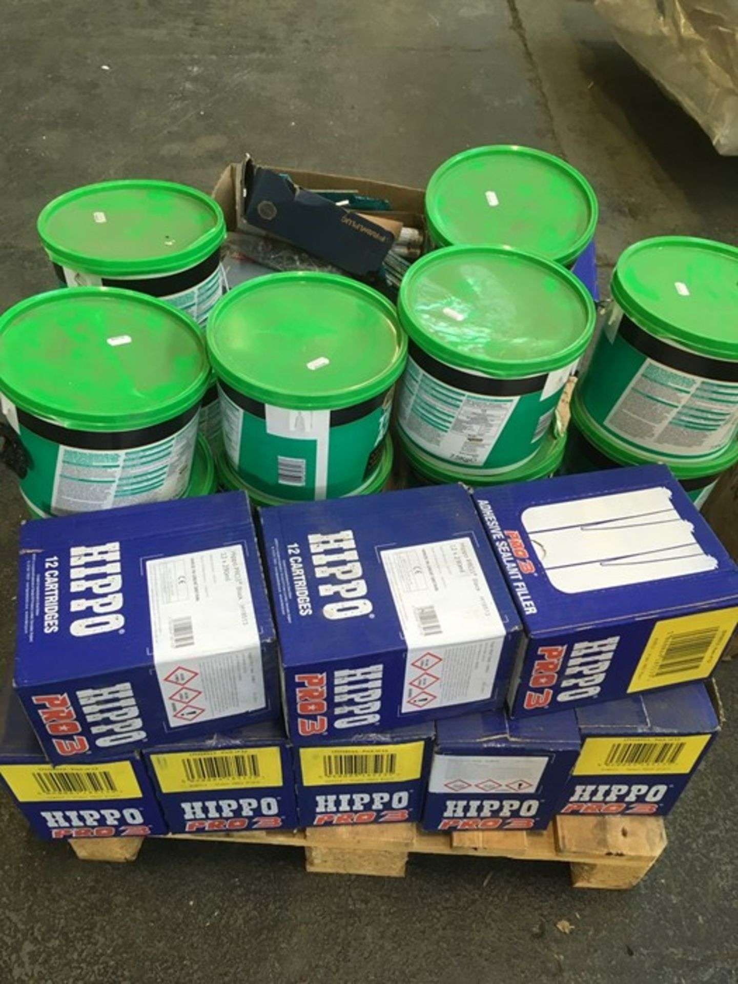 Lotto 87 - 1 LOT TO CONTAIN ASSORTED BUILDING AND DIY PRODUCTS / INCLUDING TILE ADHESIVE, NAILS AND CANS OF