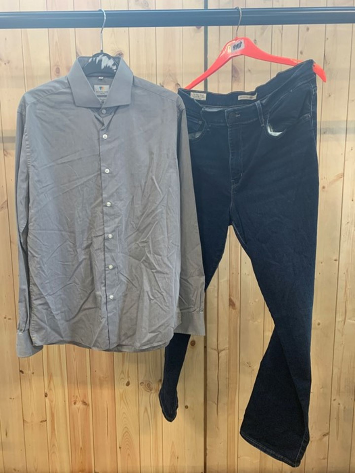 Lot 672 - 1 LOT TO CONTAIN 2 PIECES OF BRANDED MENS CLOTHING / BRANDS INCLUDE LEVI'S PREMIUM AND RICHARD JAMES