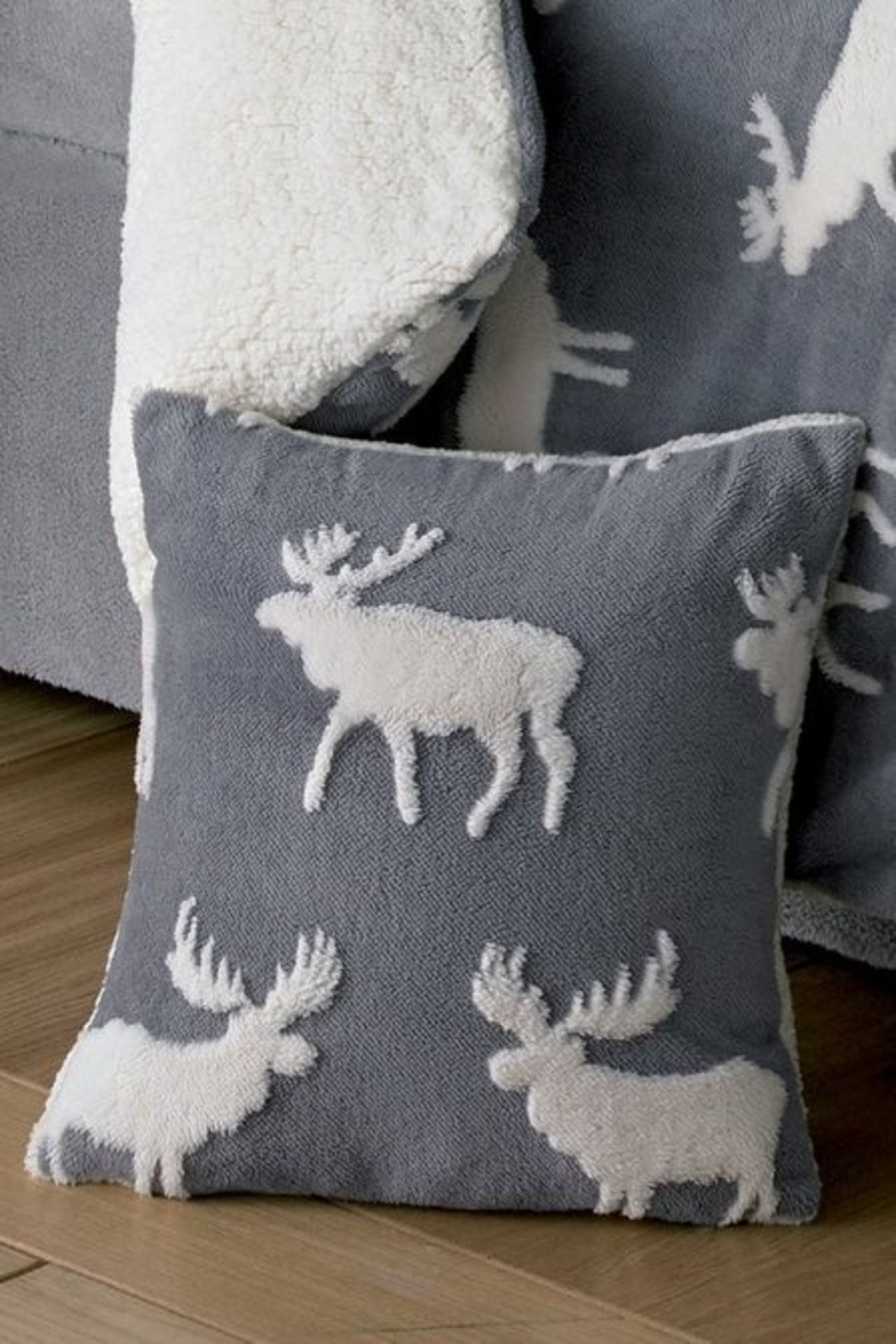 Lot 8 - 1 BAGGED WARM AND COSY TEDDY 3D STAG CUSHION COVER IN GREY (PUBLIC VIEWING AVAILABLE)