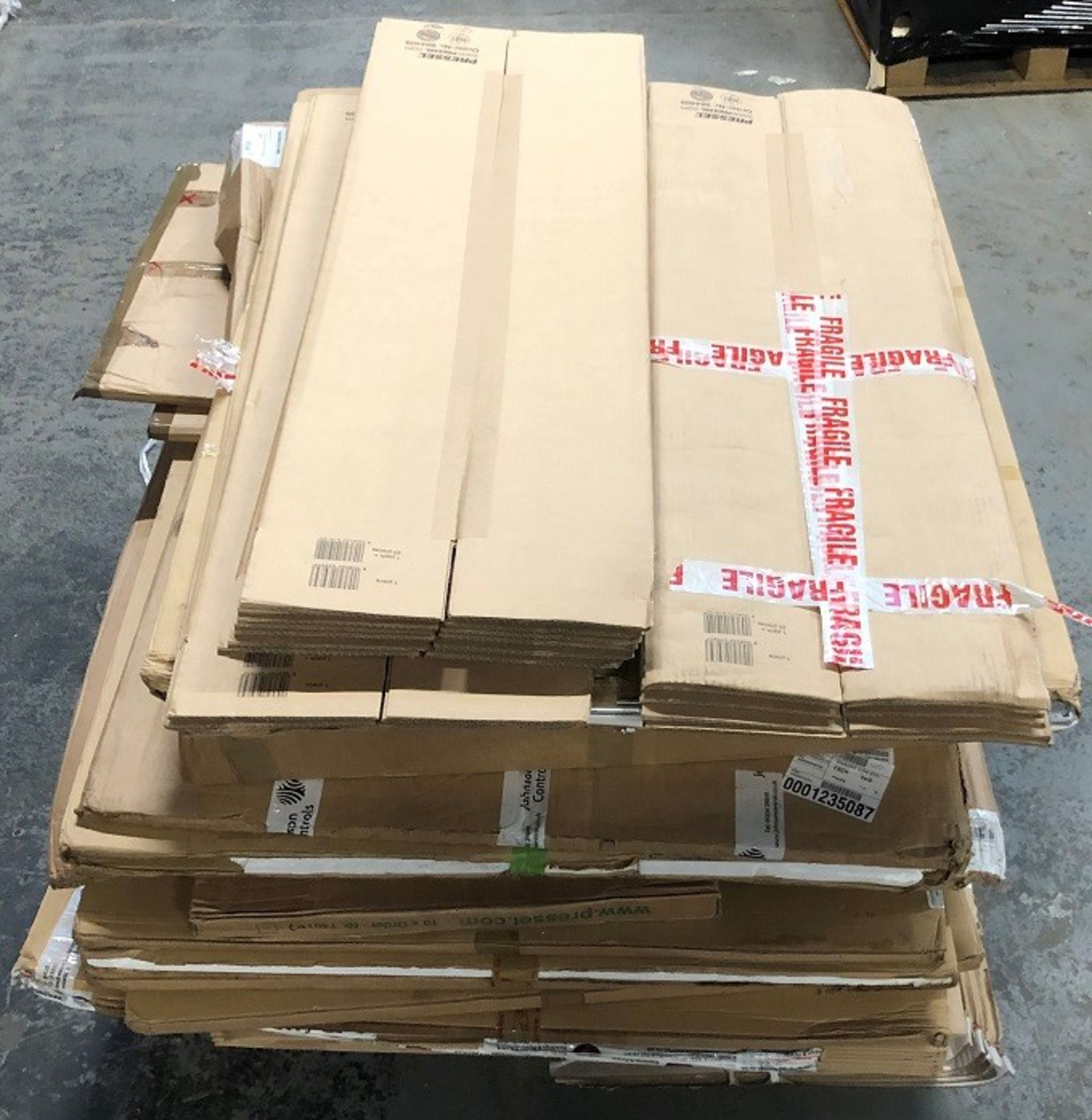 Lotto 6 - 1 LOT TO CONTAIN ASSORTED WHITE BOARDS, NOTICE BOARDS AND CARDBOARD / COLOURS, SIZES AND