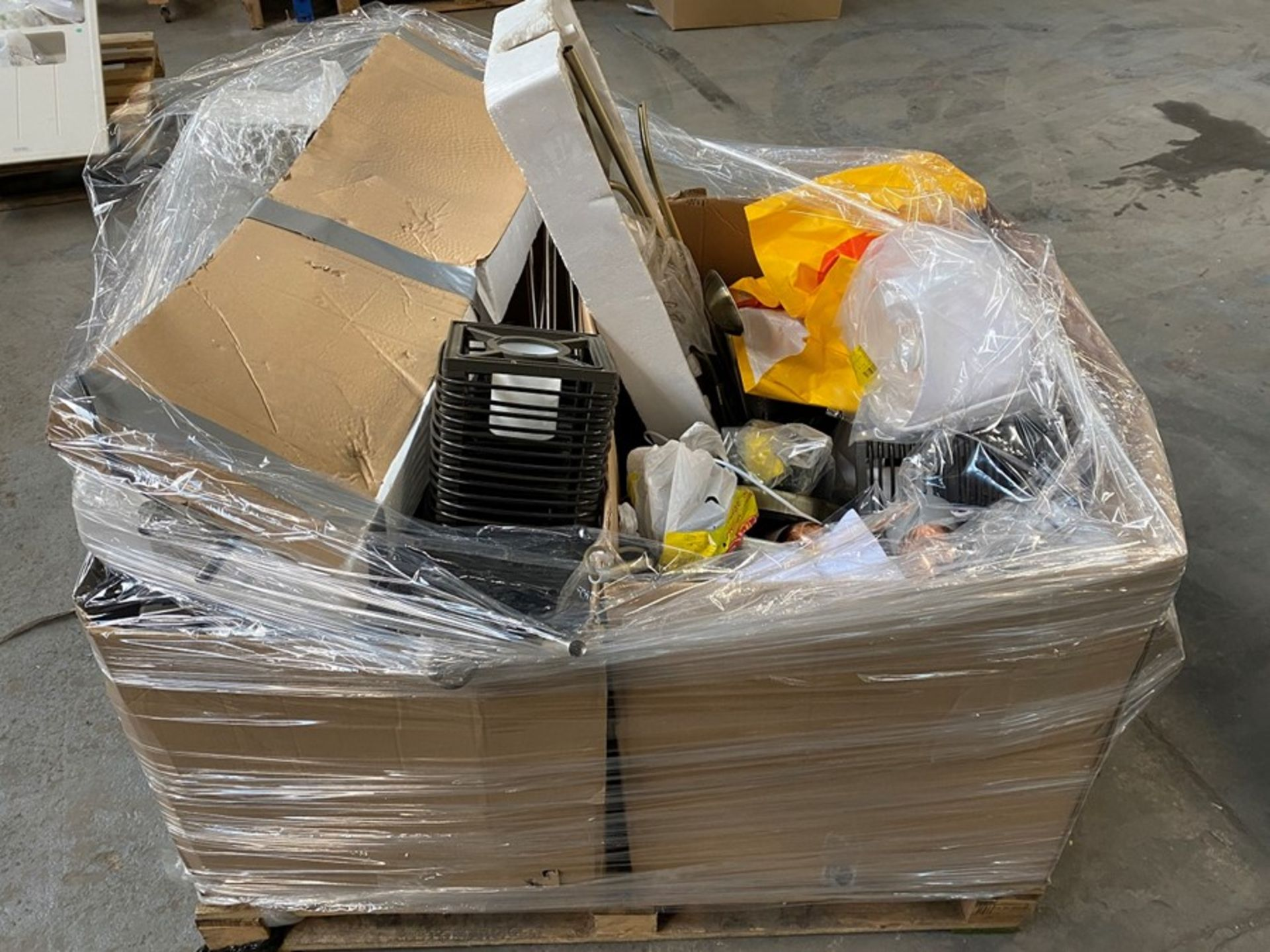 Lot 42 - 1 LOT TO CONTAIN ASSORTED UNTESTED LIGHTS, LAMPS AND LAMPSHADES (PUBLIC VIEWING AVAILABLE)