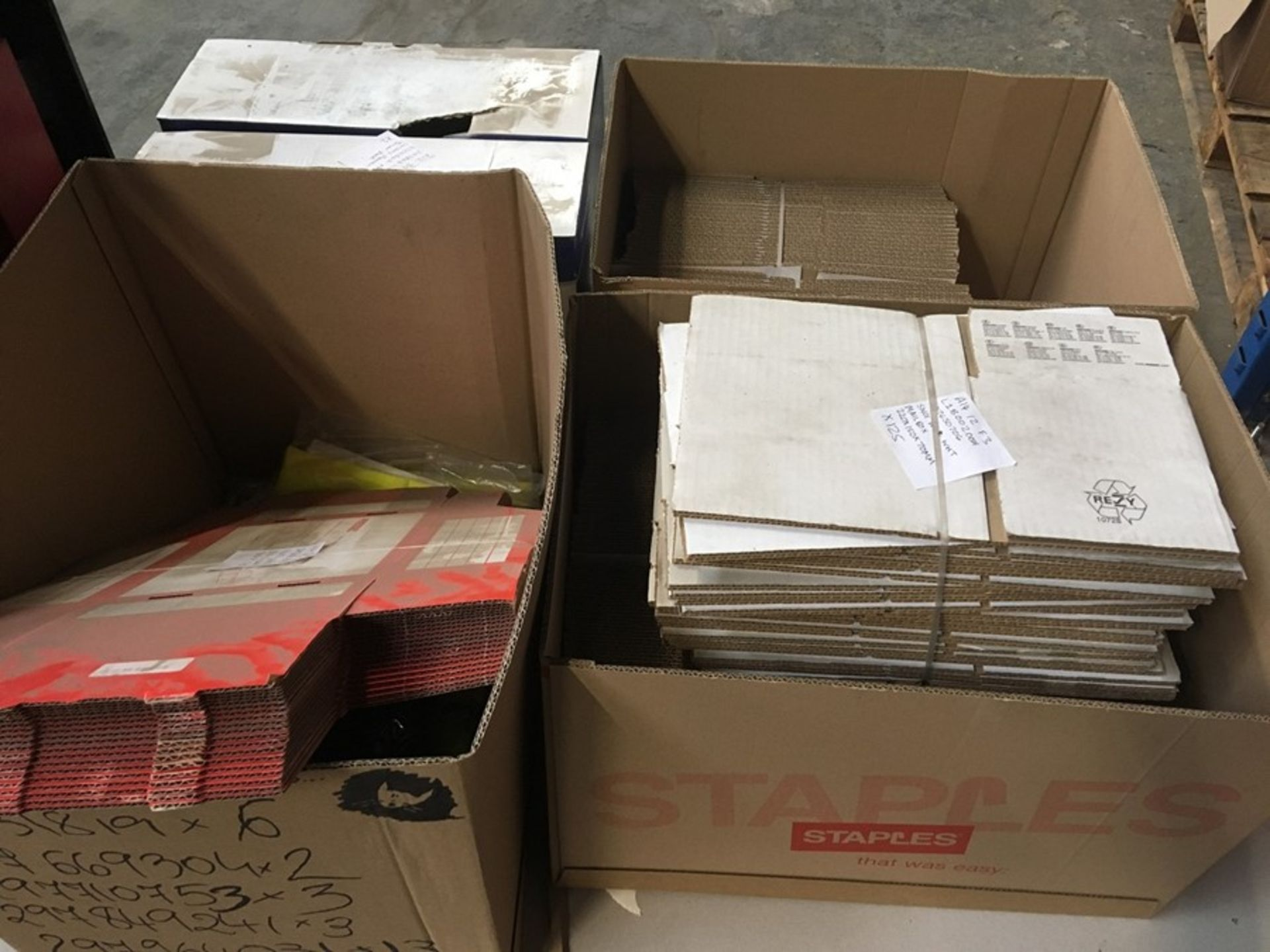 Lot 15 - 1 LOT TO CONTAIN ASSORTED ITEMS / INCLUDES ASSORTED CARDBOARD BOXES, HI-VIS VESTS & PRINTER