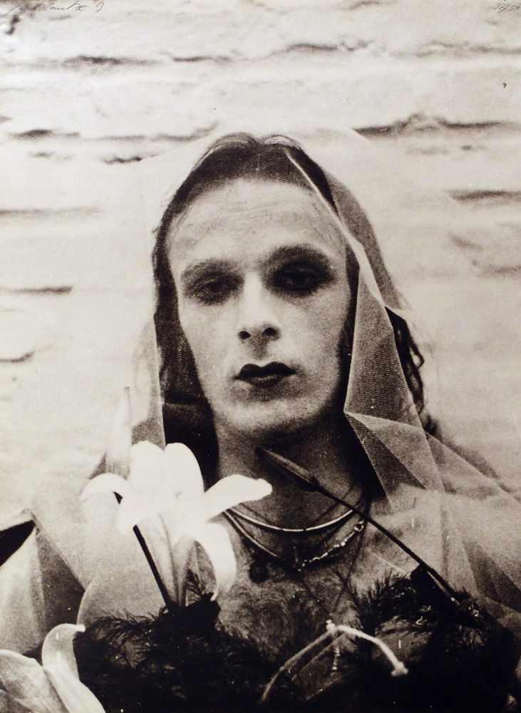 Lot 106 - Jürgen KlaukeCochem 1943 - lebt in KölnSelf - Performance. 9 (von 12) Photographien (