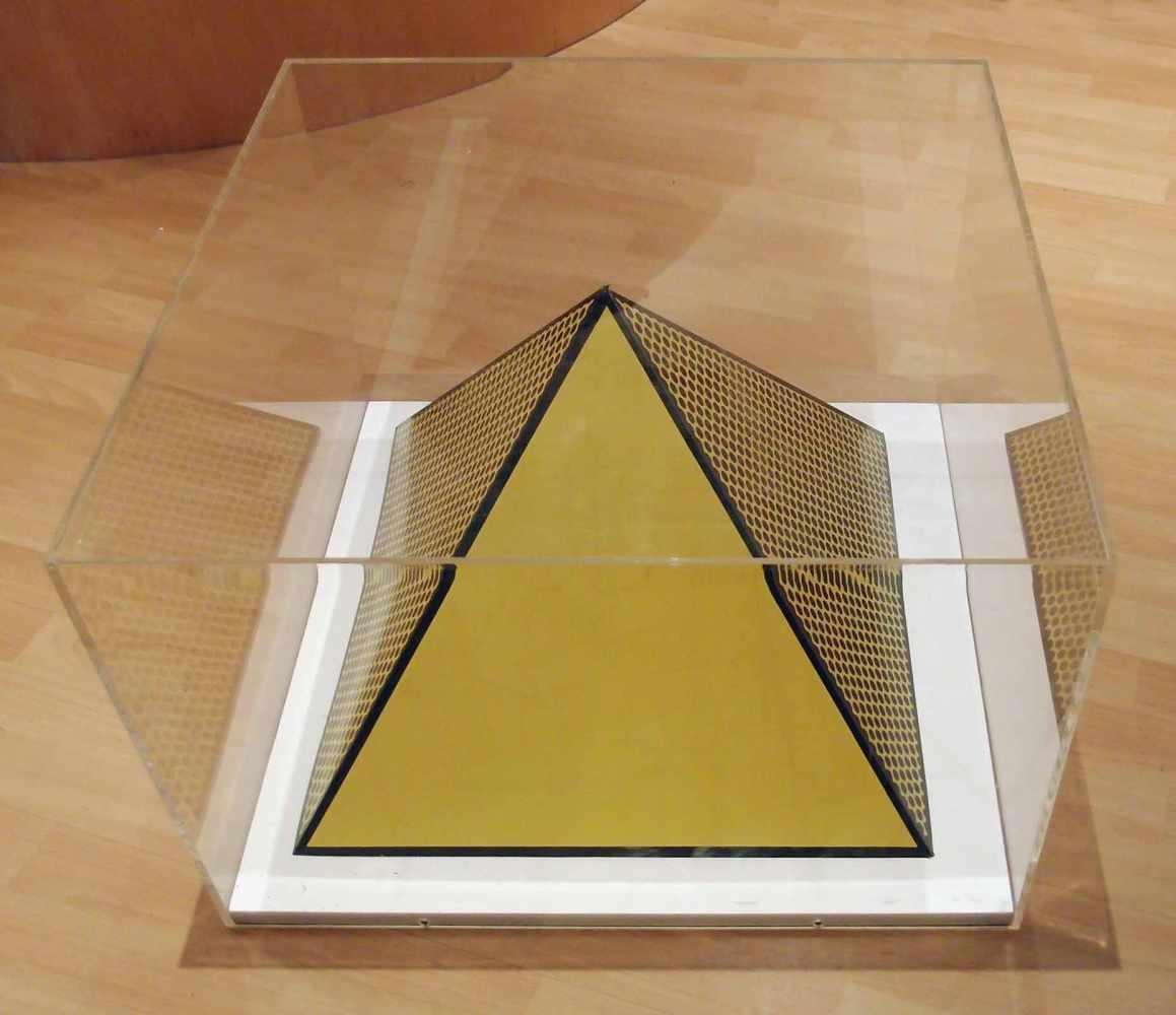 Lot 117 - Roy LichtensteinNew York 1923 - 1997 New YorkPyramid. Farb. Siebdruck. 1968. Ca. 37 x 50 x 50 cm.