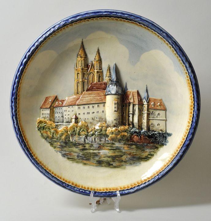 """Lot 27 - Großer Wandteller """"Albrechtsburg Meissen"""", 20. Jh.Keramik, Relief polychrome Bemalung, D. 47"""