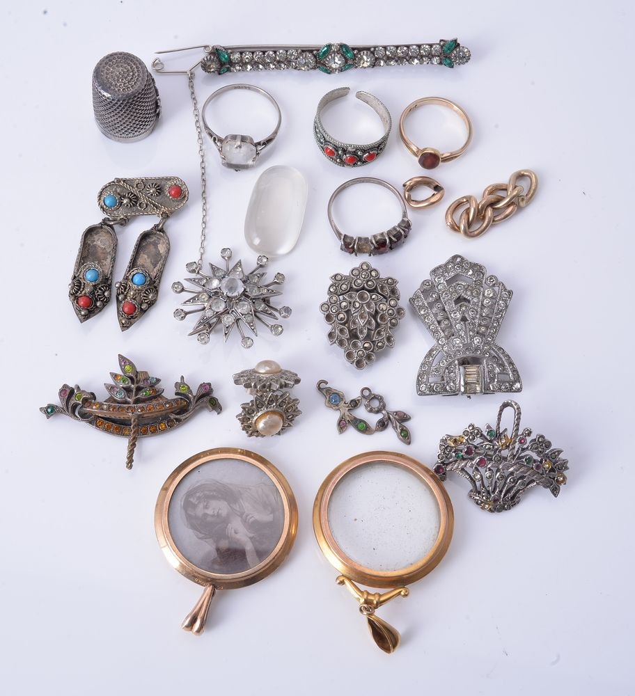 Lot 869 - A small group of jewellery and costume jewellery
