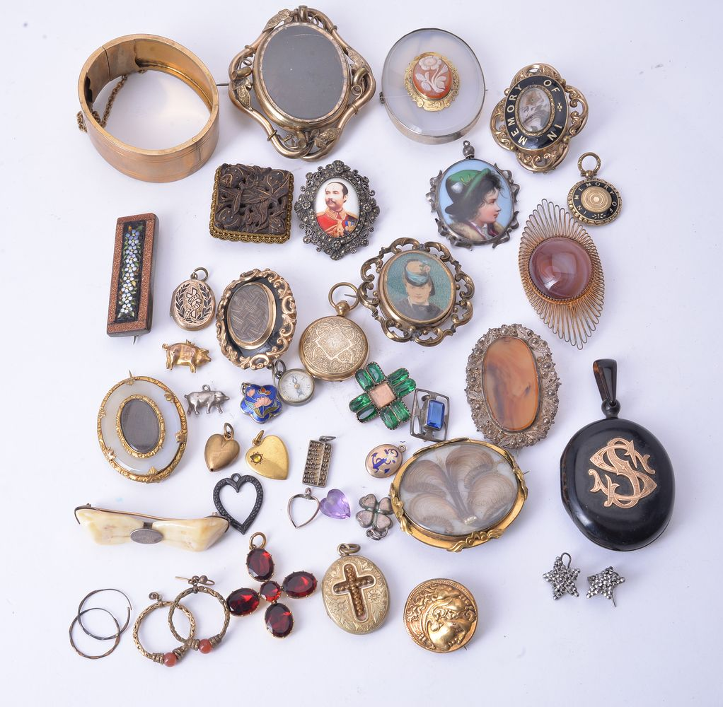 Lot 861 - A group of mostly antique jewellery
