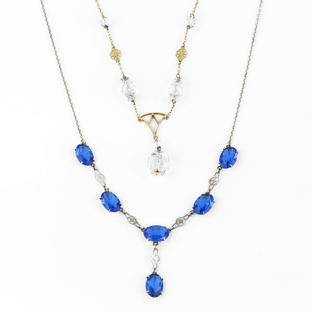 Lot 823 - A rock crystal necklace