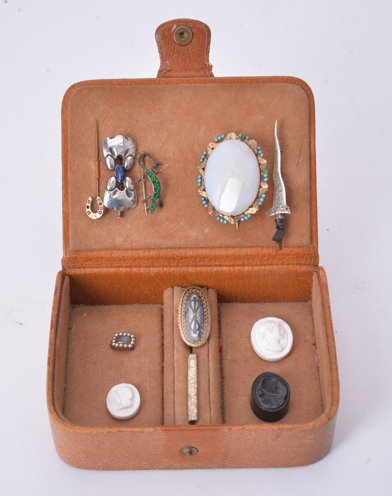 Lot 830 - A group of mostly antique jewellery