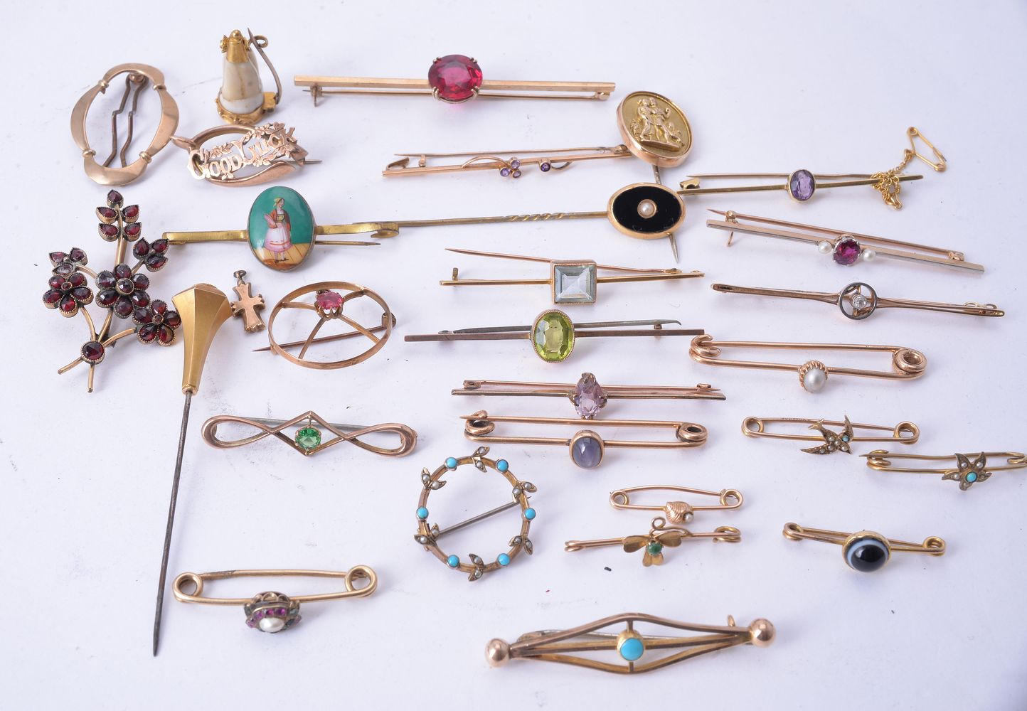 Lot 862 - A collection of antique bar brooches