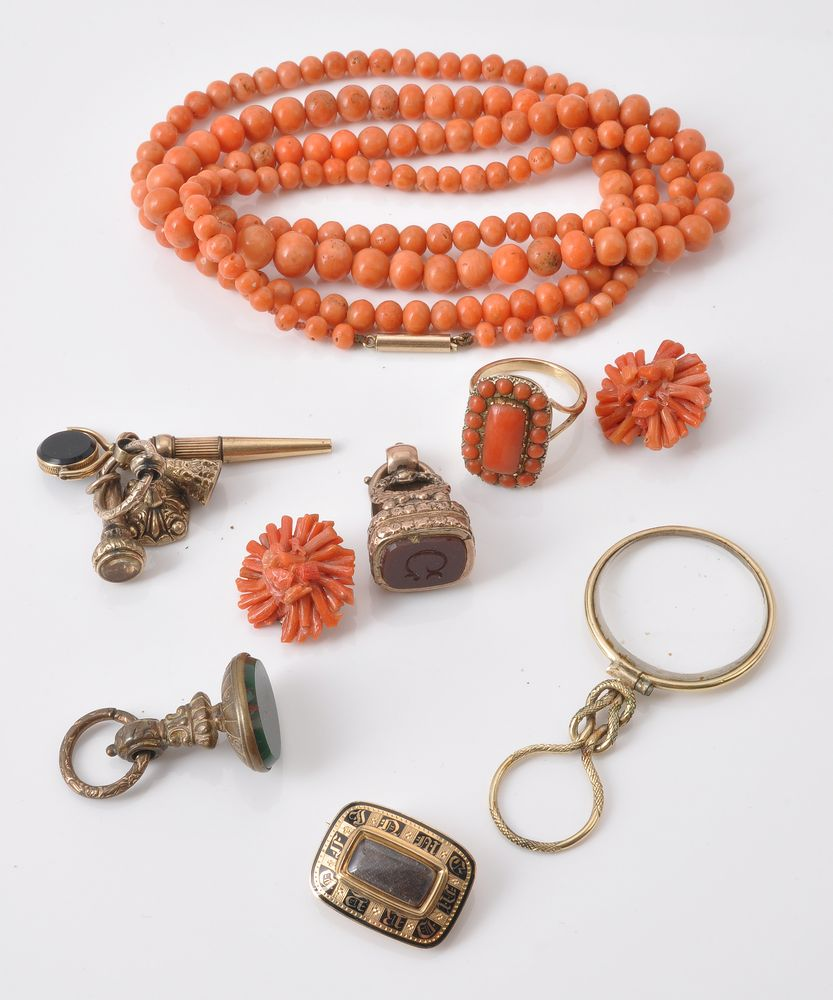 Lot 831 - A graduated coral bead necklace