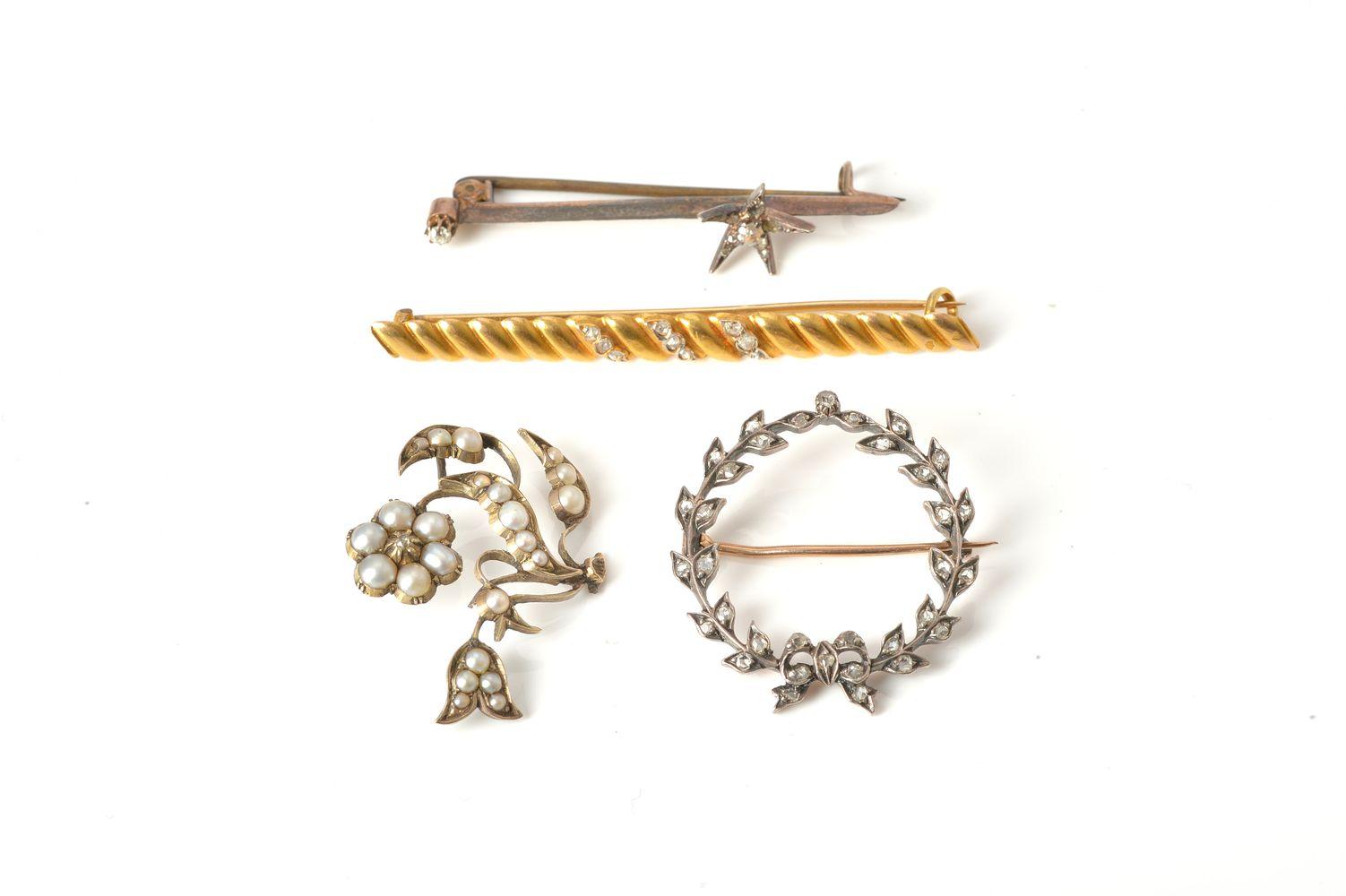 Lot 841 - A bar brooch of elongated ribbed design