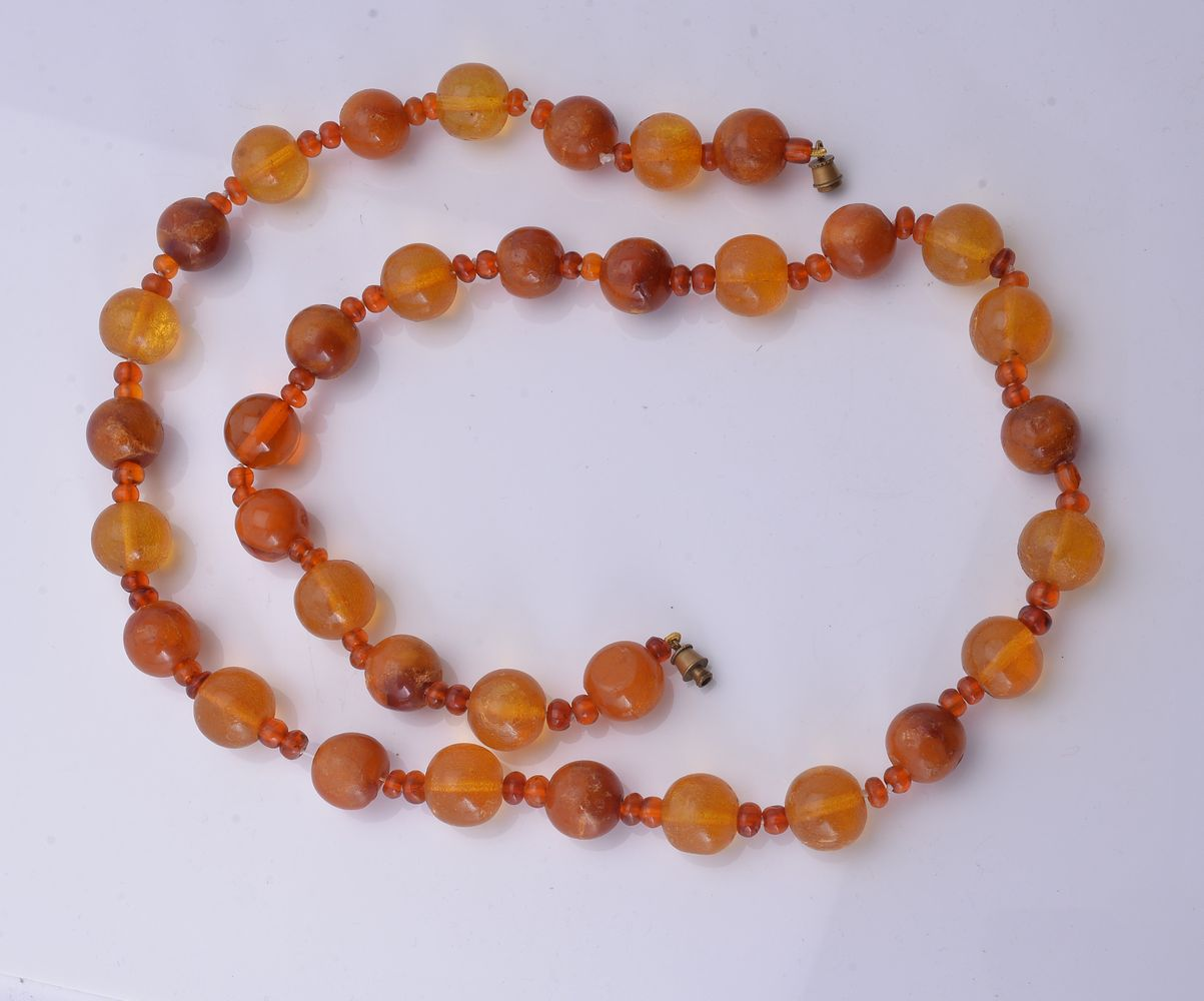 Lot 817 - An amber bead necklace