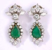 Ein Paar Ohrhänger750-Weißgold, Smaragd-Tropfen. Brillanten und Diamant-Navetten im oberen Farb- und