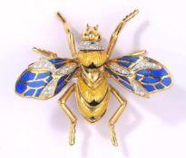 Insekten-Brosche750-Gelbgold, zum Teil emailliert. Diamanten. 4,8 x 5,5 cm, 23 g.