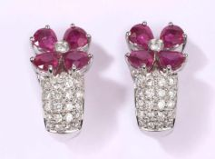 Ein Paar Ohrclips750-Weißgold, Rubine zus. 5,23 ct. Diamanten zus. 0,85 ct. L 2,3 cm.