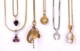 Sechs Ketten mit Anhängern750- und 585- Gelb-/Weißgold, Brillanten, Perle, Rubine, Safir u.a.